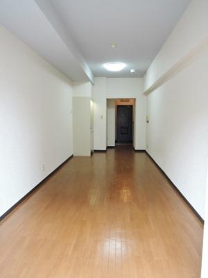 落ち着いた色合いの床材を使用した居住空間。