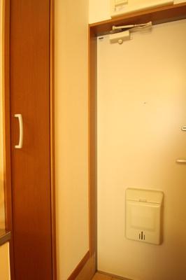 玄関スペースにも窓があります
