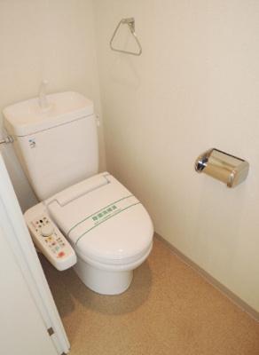 ウォシュレット付き・個室タイプのトイレ(同一仕様)。