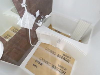 大理石風の壁紙がおしゃれな浴室です☆