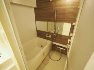 柔らかなカラーで清潔感を醸すバスルーム。一日の疲れを癒す寛ぎの空間です。 令和3年9月3日撮影