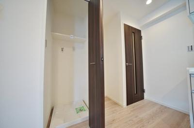 扉付きで目隠しのできる防水パン付き室内洗濯機置場