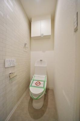 うれしい上部収納付きの温水洗浄機能付きトイレ