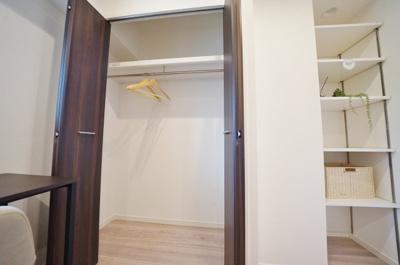クローゼットと棚収納でお部屋もすっきり