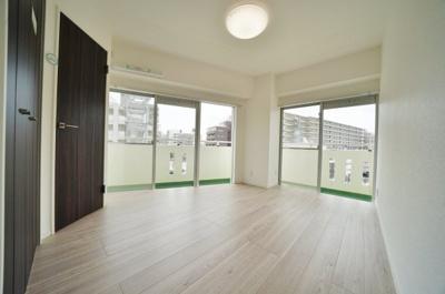 窓が多く、明るく開放感のある約6.8帖のお部屋です