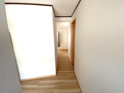 白いクロスで明るい廊下です。