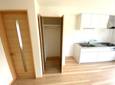 キッチン横に収納スペース! 大切な衣類や日用品などを収納できます。