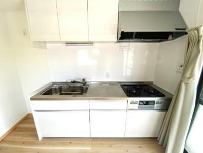 キッチン新品に交換済! 壁付けキッチンにすることで、スペースを有効活用できますね。
