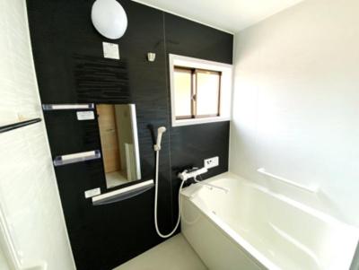 毎日の疲れを癒してくれるバスルーム! 窓があるので換気にも助かりますね。