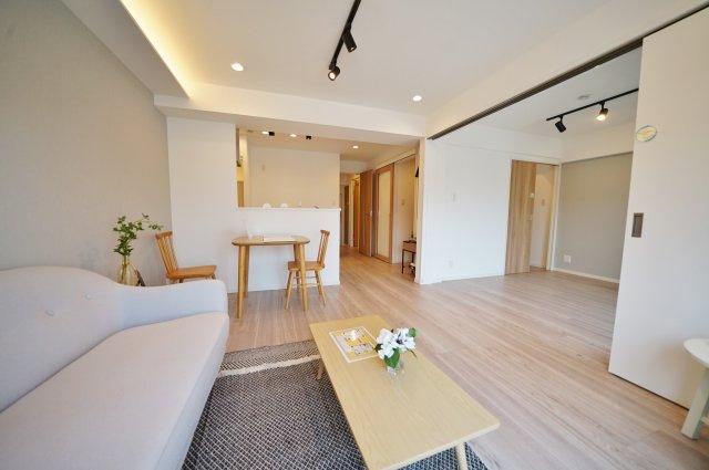 隣接するお部屋の引き戸を開放すればさらに広い空間に