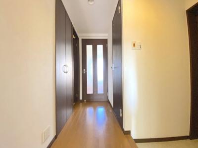 廊下にはクローゼット収納あり