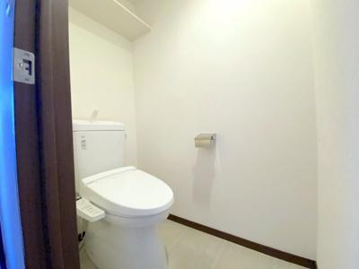 平成25年リフォームにより新設されたトイレは綺麗です。ウォシュレット一体型トイレです。