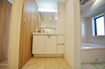 清潔感たっぷり、収納付きの独立洗面台