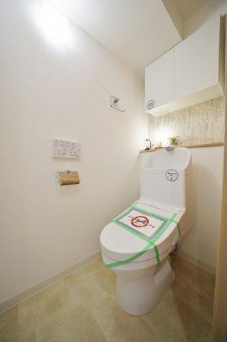 便利な上部収納付きの温水洗浄機能付きトイレ