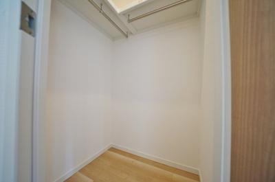 大型クローゼットでお部屋の空間を有効に使えます