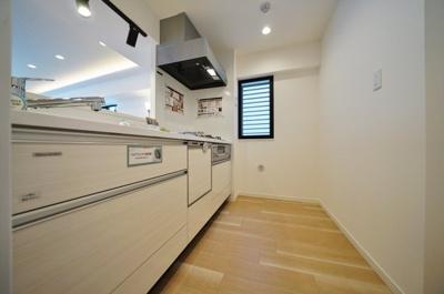 開放感のある対面式キッチンです