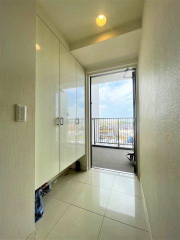 収納が大きくタイルフロアが魅力的な玄関です 吉川新築ナビで検索