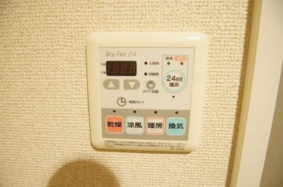 雨の日のお洗濯物にも便利な浴室乾燥機能付きです