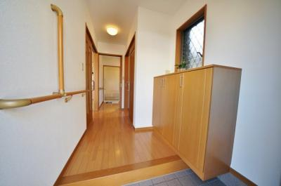 段差が少ない、手すり付きの玄関スペース