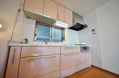 シンプルで収納豊富なキッチンです