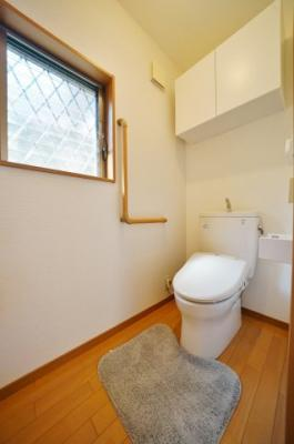 上部収納、手すり付き、窓のあるトイレ