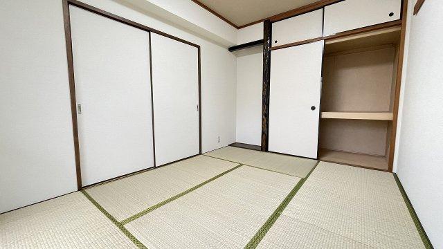 リビング横の和室。押入れ収納は季節用品の片づけなどに活躍しますね