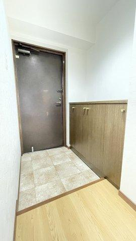 シューズ収納がやや小さめなので、上部に棚を足してもいいですね