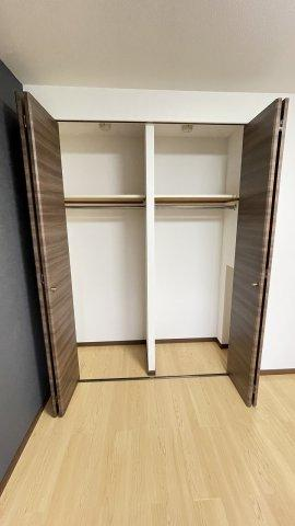 クローゼットの上部棚はカバンなどを整理するのに活躍