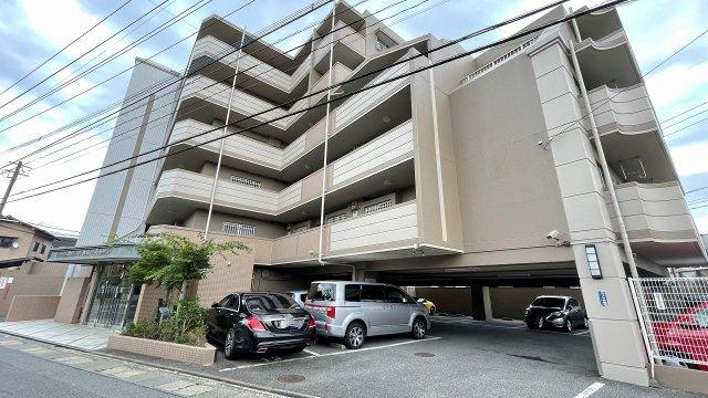 2階角部屋です。駐車場空き有り