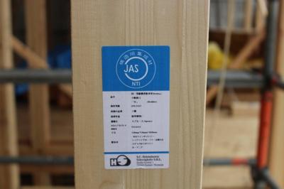 柱は全て4寸柱(12センチ×12センチ)を使用し、ストロングジョイント工法