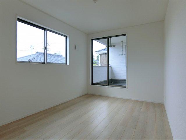 2階6.5帖の洋室です。全てのお部屋が2方向に窓がある明るく風通しが良い、過ごしやすいお部屋です。