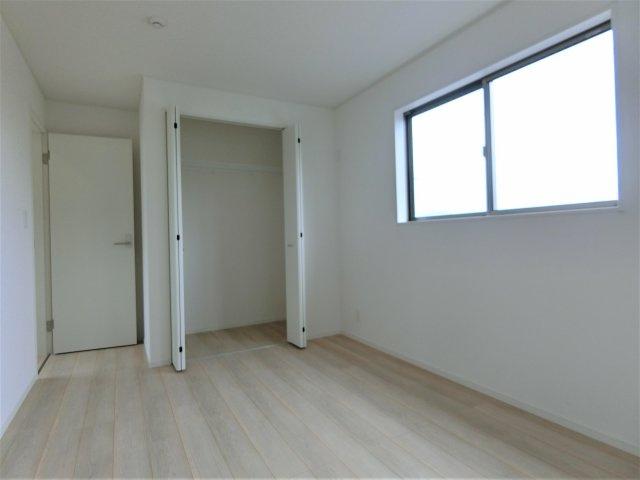 2階6.5帖の洋室のクローゼットです。全てのお部屋にクローゼットがありお部屋を広く使えます。