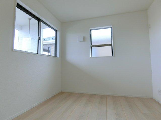 2階5.5帖の洋室です。
