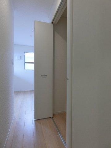 2階5.5帖の洋室のクローゼットです。入口にクローゼットがあるホテルのような造りです。