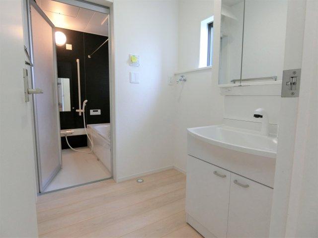 洗面脱衣室です。シャンプードレッサーは3面鏡タイプで鏡裏に歯ブラシや化粧品などの小物が収納できます。