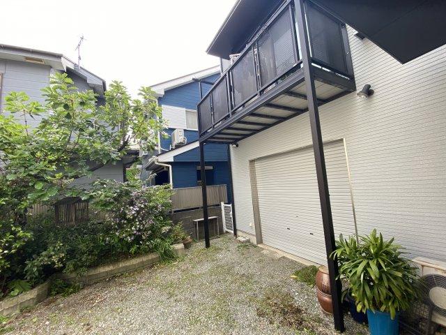 倉庫部分には庭側にシャッターがあり、さらにもう一台(4台目)の駐車スペースとして利用可能