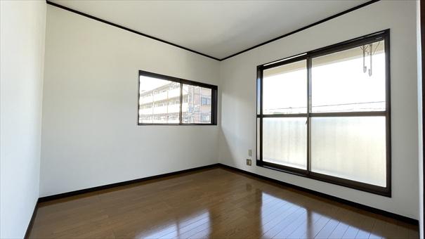 角地所在なので、どのお部屋も開口部が広くて、明るいのがうれしいところ♪ 2階南西側洋室(5.4帖)