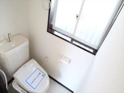 温水洗浄便座やタオル掛け完備されてます