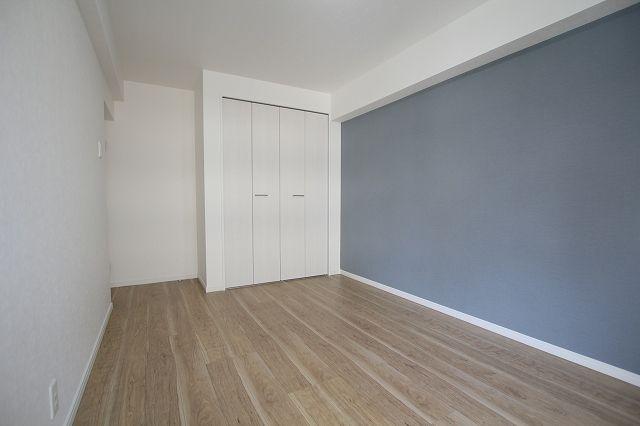 バルコニーに面した明るい洋室で換気や採光ばっちりです! 収納スペースも設けられているため、居住スペースは広くお使いいただけます