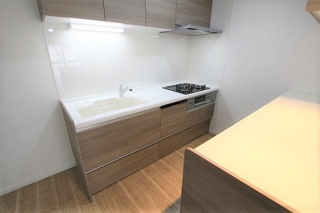 キッチンは引き出し式収納と吊戸棚があり、調理器具も整頓しやすいです。広さも充分あり調理スペースも確保されています◎