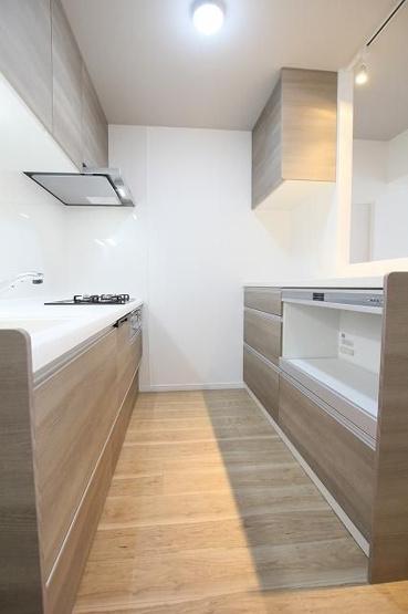 キッチン背面にはカウンターがあるので、調理中や完成した物を置くことができて作業がしやすいです♪