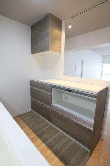 カウンターにもたっぷりの収納が備え付けられているので、キッチン周りをスッキリ保つことができます