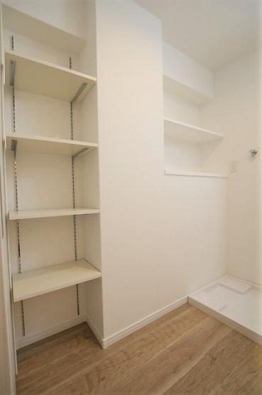 脱衣所の壁面には備えつけの収納棚があるので、リネン類や洗剤などもスッキリと収納できます
