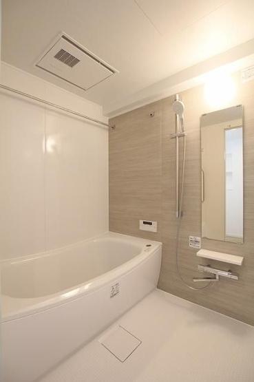 浴室乾燥機つきのバスルーム。 雨の日のお洗濯に活躍するのはもちろん、浴室をいつもカラリと乾燥させられるのでカビ対策にも効果大!