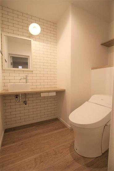 トイレはタンクレスタイプなので、デコボコが少なくてお掃除もラクに! デザインクロスを使用しておしゃれな空間になっています
