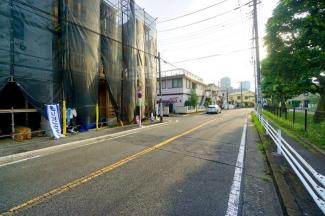 前面道路はの約10メートルあり、 駐車が苦手な方にも安心して駐車出来ます!