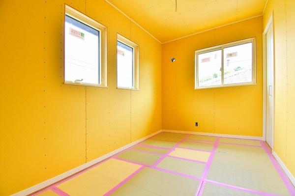 二面採光の明るいお部屋となっております。 落ち着きのある洋室です! 休日はこちらでおくつろぎ下さい。