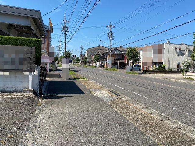通り沿いで、歩行者、車通りも多いです。
