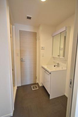 リノベーション完成時の写真。洗面所の奥がトイレ(シャワートイレ)。