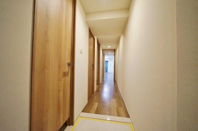 奥行きを感じさせる廊下スペース